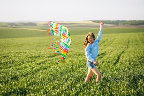0001_girl-with-kite_1303-8818_1532413346-b0e3f382a94b51764944ab31e0604613.jpg