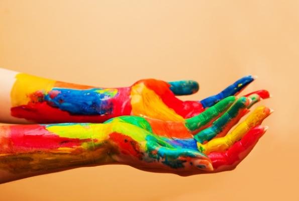 0001_hands-full-of-colors_1160-680_1530166558-76bc44681dec3e48ab97264fd43c0b2b.jpg